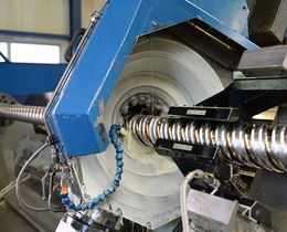 An extruder screw is whirled on a Weingärtner Pick-up 700 whirling machine